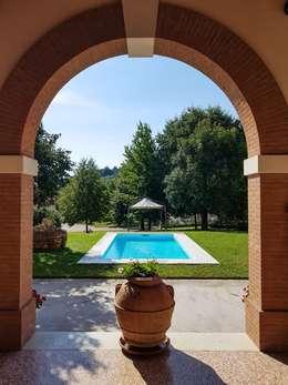 Piscina interrata pronta per usarla subito !: Giardino con piscina in stile  di Aquazzura Piscine