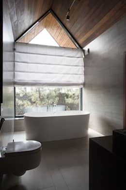 Загородный дом в посёлке Солнечный : Ванные комнаты в . Автор – Архитектурная студия Чадо