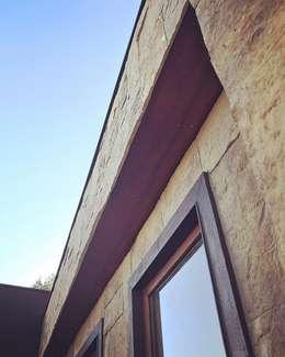 Fachada de piedra reconstituida térmica. Vivienda Lt37 Premium 115m2 Fundo Loreto.: Casas unifamiliares de estilo  por Territorio Arquitectura y Construccion