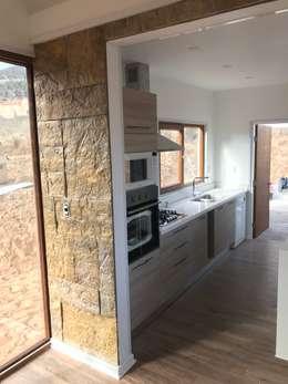 Columna Hornos cocina. Vivienda Lt37 Premium 125m2 Fundo Loreto.: Cocinas de estilo minimalista por Territorio Arquitectura y Construccion