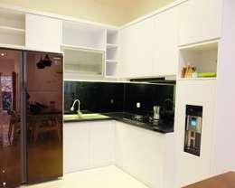 RUMAH PALEM INDAH MANSION: modern Kitchen by FIANO INTERIOR