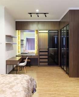 RUMAH PALEM INDAH MANSION: modern Dressing room by FIANO INTERIOR