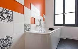 Arty Pop: Salle de bains de style  par Rénow