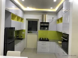 Modular Kitchen :  Built-in kitchens by Enrich Interiors & Decors