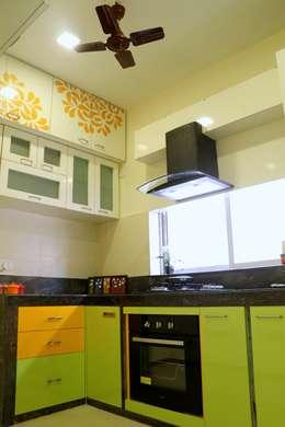 4 BHK Apartment of Mrs Rezwana Zahir Bangalore:  Built-in kitchens by Cee Bee Design Studio