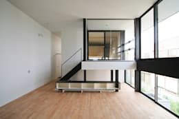 半層上がったインナーバルコニー: 石川淳建築設計事務所が手掛けたリビングです。