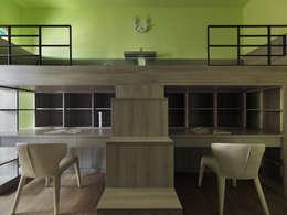 寬隆敦和侯宅:  男孩房 by 李正宇創意美學室內裝修設計有限公司