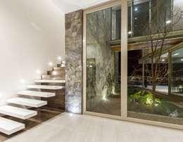 Escaleras de estilo  por Loyola Arquitectos