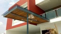 Pérgolas híbridas para terrazas, fachada y acceso en Presa Madin, Edo. de Mex. : Pasillos y recibidores de estilo  por Materia Viva S.A. de C.V.