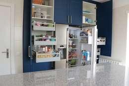 (Not Red) White and Blue: Armários de cozinha  por Moderestilo - Cozinhas e equipamentos Lda