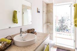 Baños de estilo  por Foto Property