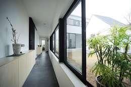 細長い土間玄関: 石川淳建築設計事務所が手掛けた廊下 & 玄関です。