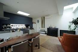 親世帯リビング: 石川淳建築設計事務所が手掛けたリビングです。