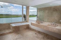Estilo Moderno: Baños de estilo moderno por CIBA ARQUITECTURA