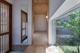 鎌倉中央公園の家: HAN環境・建築設計事務所が手掛けた廊下 & 玄関です。