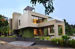DIVYA BUNGALOW: modern Houses by smstudio