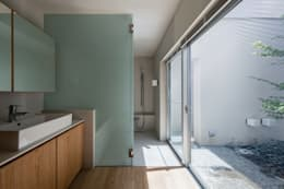 井の頭の家 / House in Inokashira: 庄司寛建築設計事務所 / HIROSHI SHOJI  ARCHITECT&ASSOCIATESが手掛けた浴室です。
