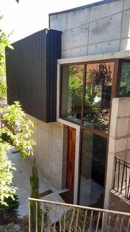 FACHADA DE ACCESO: Casas de estilo moderno por arquiroots