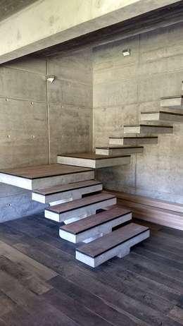 ESCALERA 1 PISO: Escaleras de estilo  por arquiroots