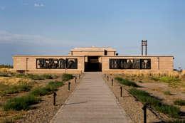 Capilla de la Gratitud: Centros de exposiciones de estilo  por Bórmida & Yanzón arquitectos