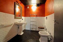 Baños de estilo industrial por Vemworks llc