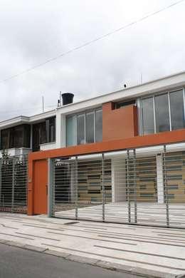 CASA MONTES: Casas de estilo moderno por RIVAL Arquitectos  S.A.S.