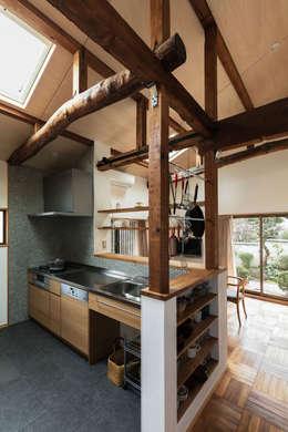 愛でる家: 山本嘉寛建蓄設計事務所 YYAAが手掛けたキッチンです。