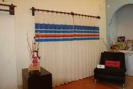 CORTINA CON CENEFA DECORATIVA EN AZUL REY Y TIRQUESA: Hogar de estilo  por DECORCINCO DISEÑO ARTESANAL TEXTIL; CORTINAS, COLCHAS, COJINES, MANTELES Y COMPLEMENTOS