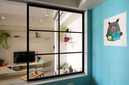 原先暗室的書房打通後,陽光灑落的線條讓整個空間更有層次:  書房/辦公室 by 一葉藍朵設計家飾所 A Lentil Design