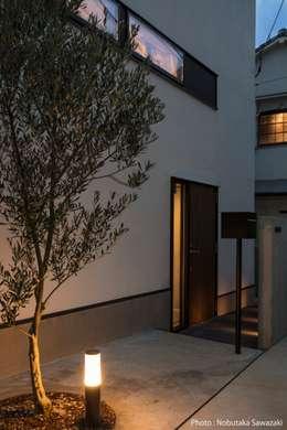 玄関アプローチ夜景: 石川淳建築設計事務所が手掛けた廊下 & 玄関です。