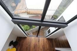吹抜から見る窓: 石川淳建築設計事務所が手掛けた窓です。