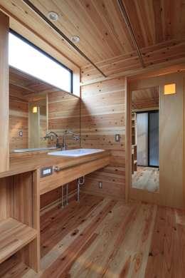 高床の家: 田村建築設計工房が手掛けた浴室です。