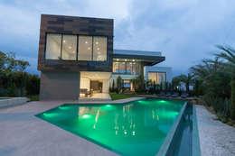 casa pance : Piscinas infinitas de estilo  por astratto