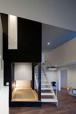 和室夜景: 石川淳建築設計事務所が手掛けた和室です。