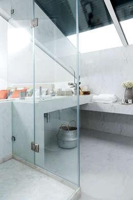 CASA DE BANHO: Casas de banho modernas por TGV Interiores