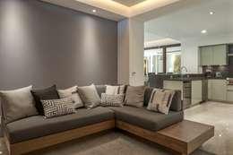 Sofá: Salas de estilo moderno por TRRA