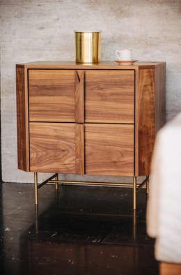 Buró de madera Medera: Recámaras de estilo moderno por TRRA