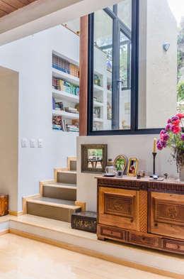 CASA EL ABRA: Escaleras de estilo  por ARCE S.A.S