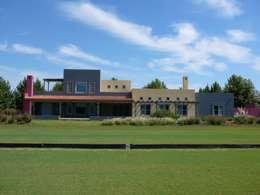CASA SOBRE CANCHA DE POLO EN CENTAUROS C.C.: Casas unifamiliares de estilo  por Estudio Dillon Terzaghi Arquitectura