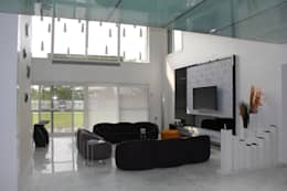 Chugh Villa:  Corridor & hallway by Innerspace