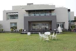 Chugh Villa: modern Houses by Innerspace