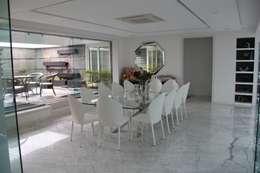 Chugh Villa: modern Dining room by Innerspace
