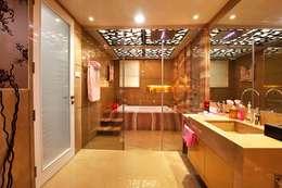 Nemi Villa: modern Bathroom by Innerspace