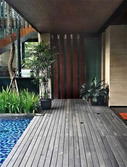 Permata Buana Residence:  Kolam Renang by Jati and Teak