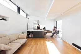3階の子世帯リビング: 石川淳建築設計事務所が手掛けたリビングです。