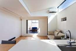 ルーフバルコニーへつながるリビング: 石川淳建築設計事務所が手掛けたリビングです。