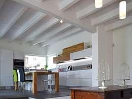 Villa moderna in legno a Bergamo: Villa in stile  di Marlegno