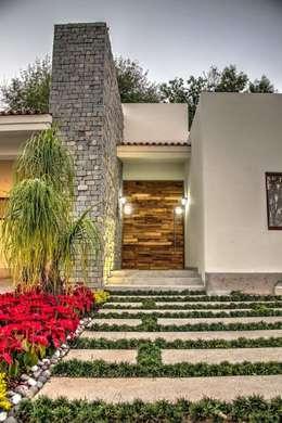 Fachada Principal: Puertas interiores de estilo  por Stuen Arquitectos