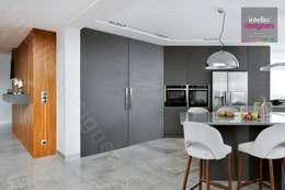 Wnętrza domu na Podhalu zaprojektowane przez Intellio designers: styl , w kategorii Kuchnia zaprojektowany przez Intellio designers