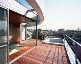 コーナーガーデンの家: 西島正樹/プライム一級建築士事務所 が手掛けたベランダです。